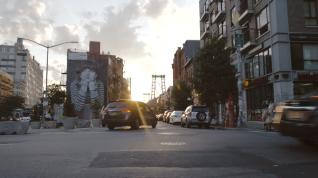vídeos de stock, filmes e b-roll de williamsburg sunset - establishing shot - brooklyn, ny - summer 2016 - 4k - williamsburg new york