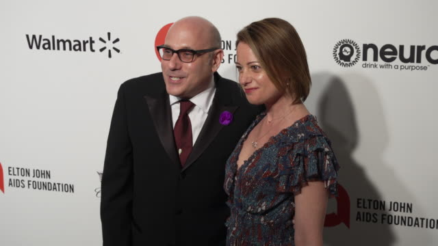 willie garson and mary lisio at the 28th annual elton john aids foundation academy awards viewing party sponsored by imdb, walmart and neuro drinks... - ウィリー ガーソン点の映像素材/bロール