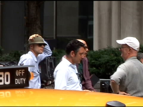 willie garson on the set of white collar on madison ave at the celebrity sightings in new york at new york ny. - ウィリー ガーソン点の映像素材/bロール