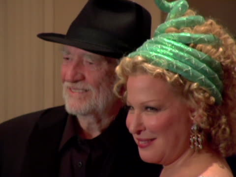 willie nelson and bette midler at the bette midlers new york restoration projects hulaween october 31, 2006 at waldorf astoria in new york city, new... - willie nelson stock-videos und b-roll-filmmaterial