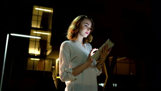 vídeos de stock, filmes e b-roll de mulher disposta a trabalhar até tarde - perícia