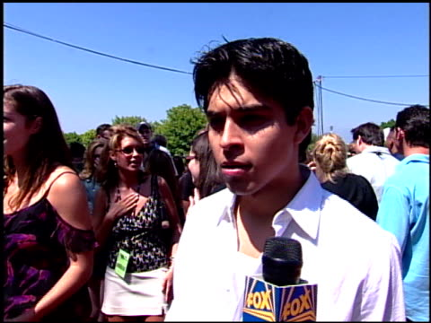 stockvideo's en b-roll-footage met wilmer valderrama at the 2001 teen choice awards arrivals at universal amphitheatre in universal city, california on august 12, 2001. - teen choice awards