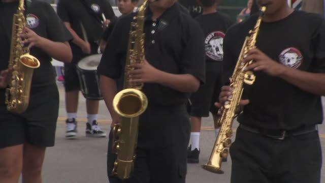 vídeos de stock e filmes b-roll de ktla wilmington labor day parade draws thousands - wilmington cidade de los angeles
