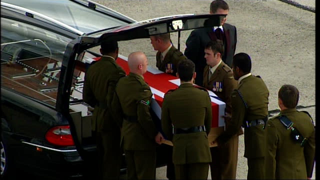 vidéos et rushes de lyneham: ext coffin containing body of acting serjeant stuart mcgrath of 2nd battalion the rifles lifted into back of hearse by soldiers - infanterie