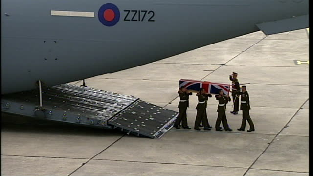 stockvideo's en b-roll-footage met lyneham: ext coffin of british soldier killed in helmand province carried by royal air force soldiers from plane during repatriation ceremony wootton... - repatriëring