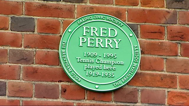 vídeos de stock e filmes b-roll de men's semi finals andy murray through to final ealing the brentham tennis club ext green plaque on wall of tennic club in memory of fred perry - fase da semifinal