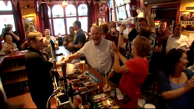 stockvideo's en b-roll-footage met men's semi finals andy murray through to final scotland dunblane photography** andy murray fans celebrating his semifinal victory in pub - halve finale