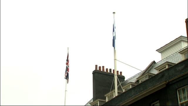 stockvideo's en b-roll-footage met scottish flag raised over downing street england london 10 downing street ext various of workmen lowering union jack and raising scottish flag over... - laten zakken