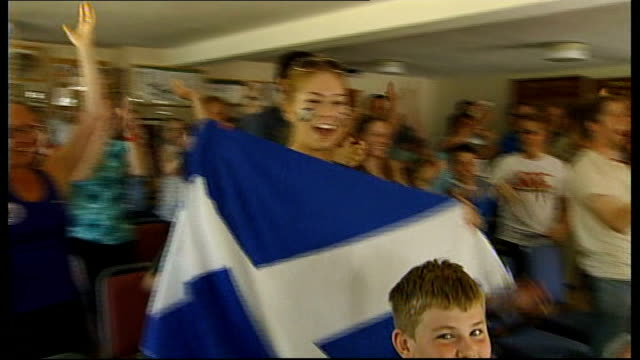 andy murray becomes first british man to win the singles title for 77 years scotland dunblane int people celebrating andy murray's victory children... - ダンブレーン点の映像素材/bロール