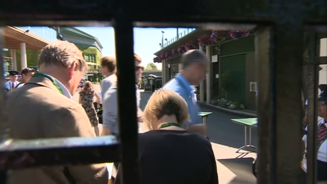 stockvideo's en b-roll-footage met men's semi finals andy murray out england london wimbledon all england club ext england london wimbledon ext andy murray across road and signing... - halve finale