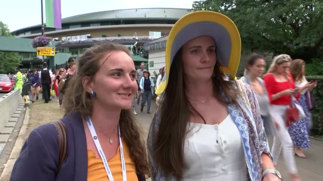 vidéos et rushes de novak djokovic beats roger federer in men's singles final; england: london: wimbledon: all england lawn tennis club: ext novak djokovic saluting fans... - en individuel