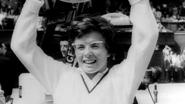wimbledon tennis championship / billie jean king and maria bueno playing tennis / well dressed crowd in shirts and ties seated clapping / women in... - ビリー・ジーン・キング点の映像素材/bロール