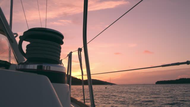 WS treuil sur un pont d'un voilier au coucher du soleil
