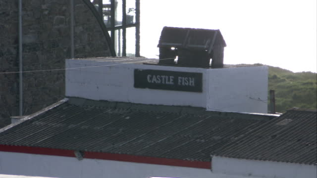 a winch sitting atop a sign for castle fish. available in hd. - クロヴィー点の映像素材/bロール