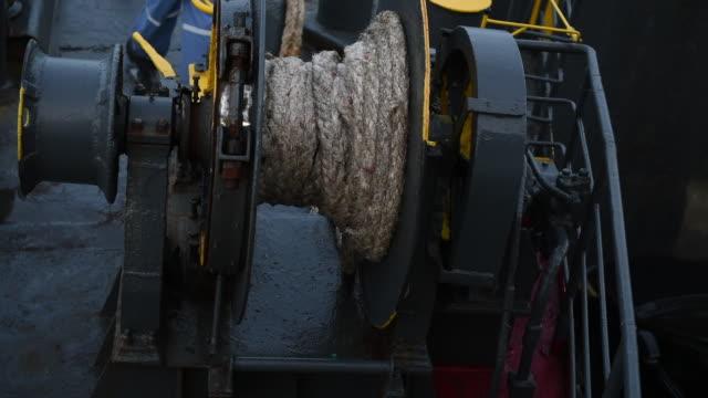 winde mit seil auf fähre, seil hält fähre, wenn in den docks verankert. - anchored stock-videos und b-roll-filmmaterial