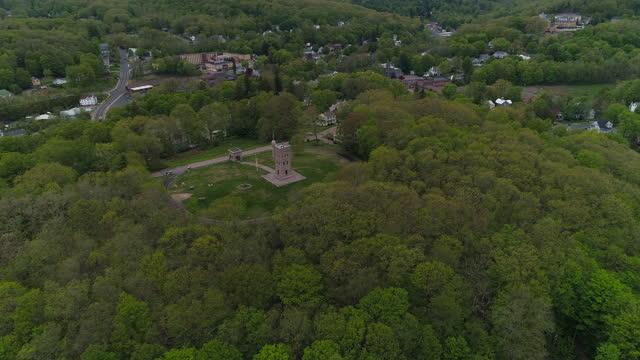das winchester soldiers' monument in winsted, connecticut, wurde 1890 zu ehren der bürgerkriegsveteranen errichtet. luftaufnahme mit der vorwärtskamerabewegung. - war stock-videos und b-roll-filmmaterial