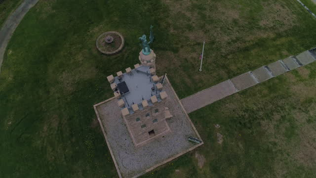 das winchester soldiers' monument in winsted, connecticut, wurde 1890 zu ehren der bürgerkriegsveteranen errichtet. luftaufnahme mit der umlaufenden kamerabewegung. - war stock-videos und b-roll-filmmaterial