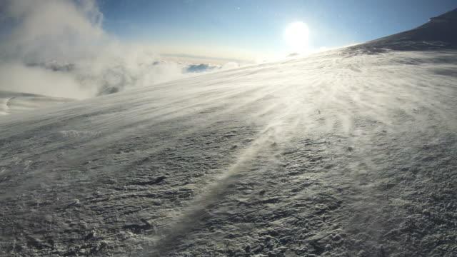 wind auf dem mont blanc berg. - extremlandschaft stock-videos und b-roll-filmmaterial
