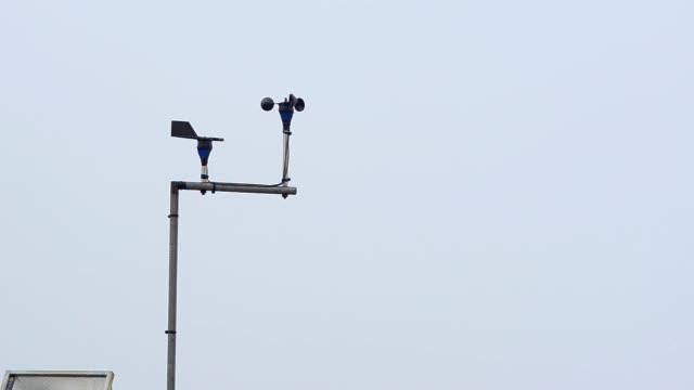 wind barometer in regen seasons - wetterstation stock-videos und b-roll-filmmaterial