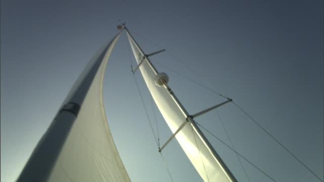wind billows sails on a sailboat. - 帆点の映像素材/bロール