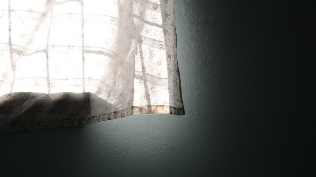 vídeos de stock, filmes e b-roll de vento soprando cortina - soprando