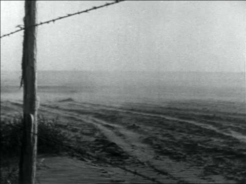 vidéos et rushes de wind blowing dust over dusty plain in storm / barbed wire fence in foreground / dust bowl - grandes plaines américaines