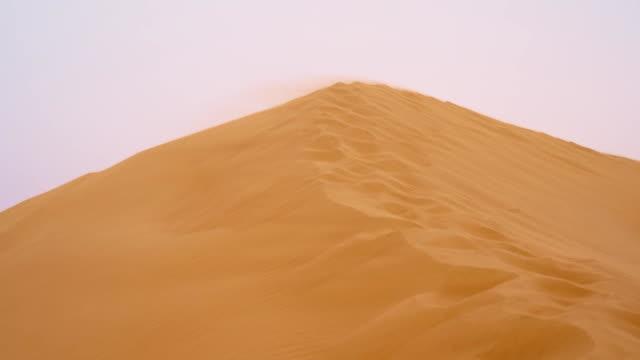 SLO MO vento mandar sobre a Duna de Areia