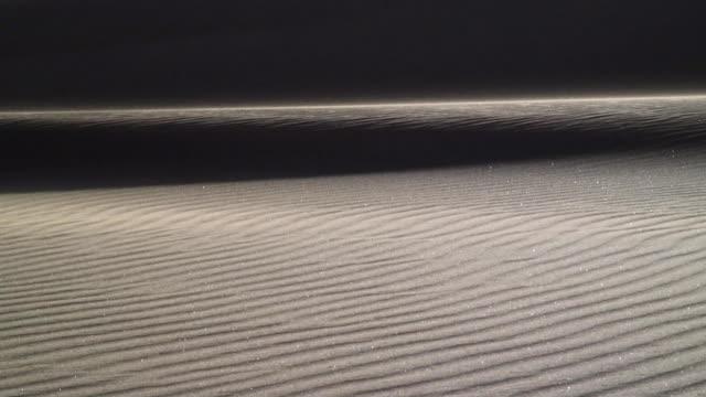 vídeos y material grabado en eventos de stock de ms wind blowing sand across rippled sand dune / namib desert, namibia - monocromo imagen virada