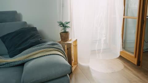 ds wind bläst durch einen vorhang im wohnzimmer - innenaufnahme stock-videos und b-roll-filmmaterial