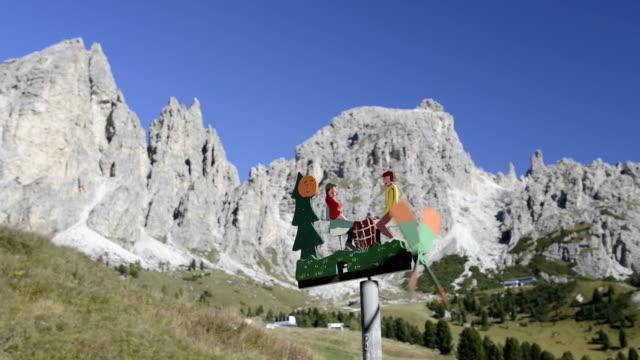 vídeos de stock e filmes b-roll de wind chime at puez mountain range - figura feminina