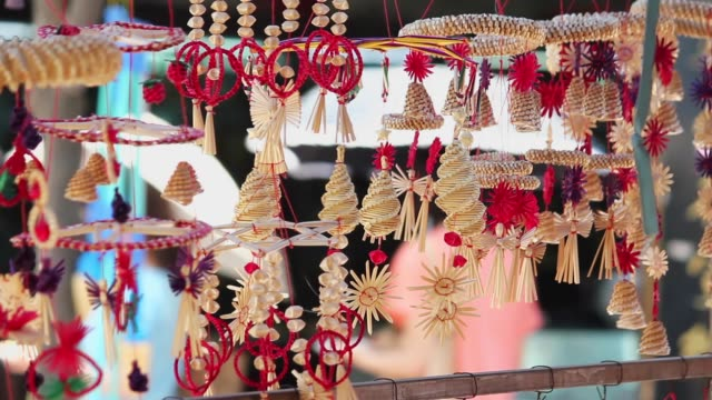 wind chimes rustle at a market. - ベル点の映像素材/bロール