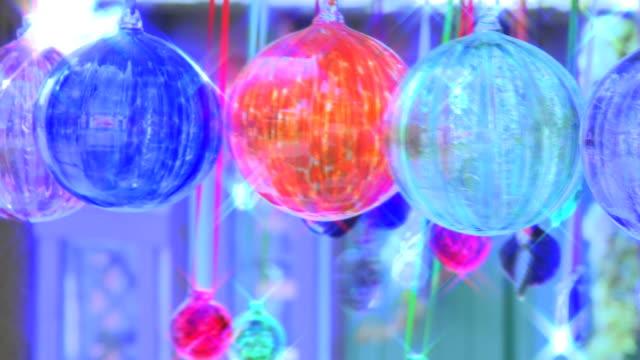 ウィンドチャイムズに星フィルタのワイドショット - ベル点の映像素材/bロール