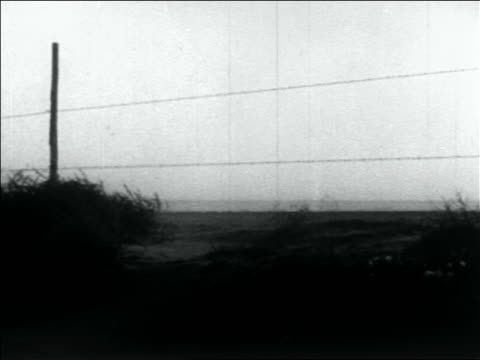 vidéos et rushes de wind + dust blowing past barbed wire fence in storm / dust bowl / usa - grandes plaines américaines