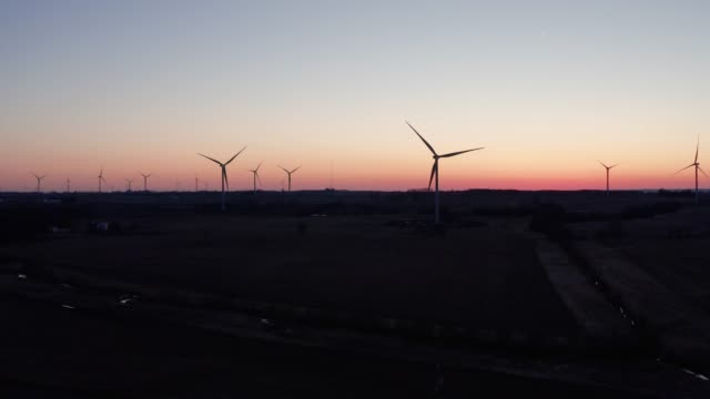 wind farm at sunset - aerial - イリノイ州点の映像素材/bロール