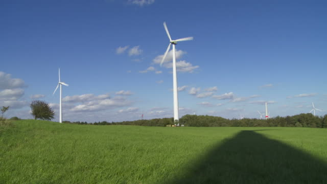 hd wind farm (time lapse & loop) - herbst stock videos & royalty-free footage