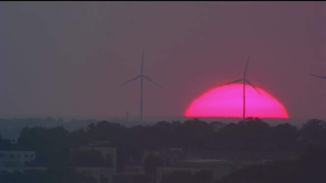 vídeos de stock, filmes e b-roll de wind farms at sunset - rosa cor