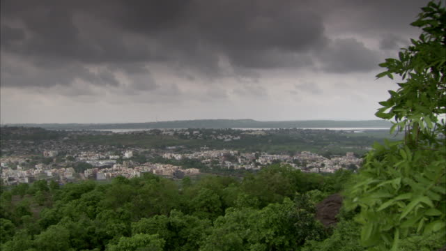 stockvideo's en b-roll-footage met wind from an approaching storm rustles trees at the edge of bhopal, india. available in hd. - bhopal