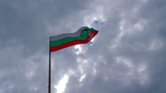 vídeos de stock e filmes b-roll de wind in the bulgarian flag. - bulgária