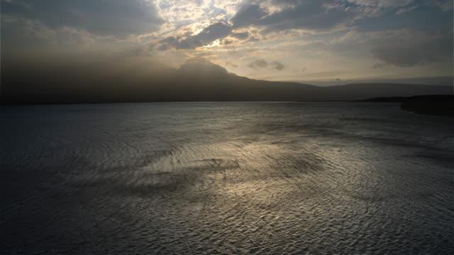 vídeos y material grabado en eventos de stock de wind patterns on lake st mary during windstorm, glacier national park, mn - nube de tormenta