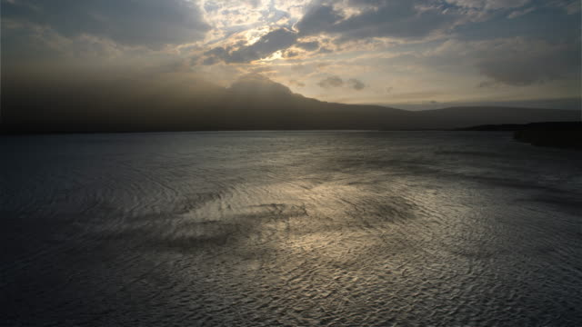 vídeos de stock, filmes e b-roll de wind patterns on lake st mary during windstorm, glacier national park, mn - céu tempestuoso