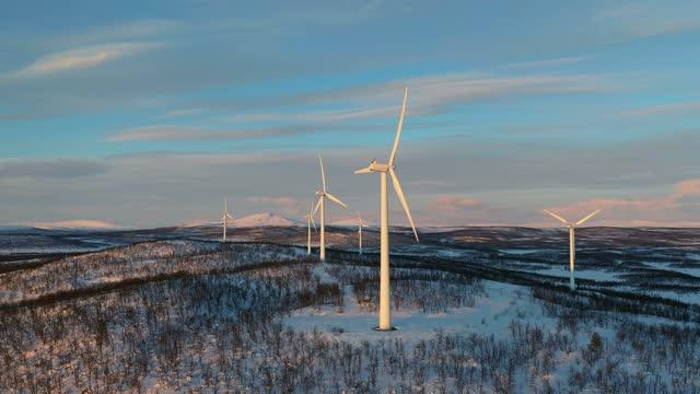 stockvideo's en b-roll-footage met de krachtcentrales van de wind in een de winterlandschap - windenergie