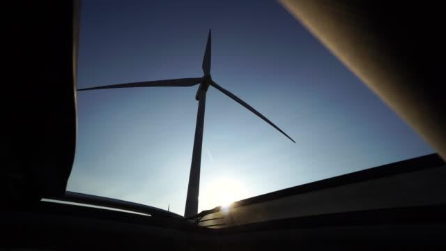 vídeos de stock e filmes b-roll de wind power turbine blade, seen from a driving car skylight - claraboia