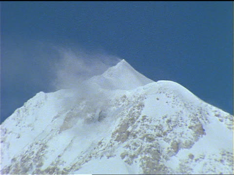 wind swirls snow near the summit of mount mckinley. - rough stock-videos und b-roll-filmmaterial