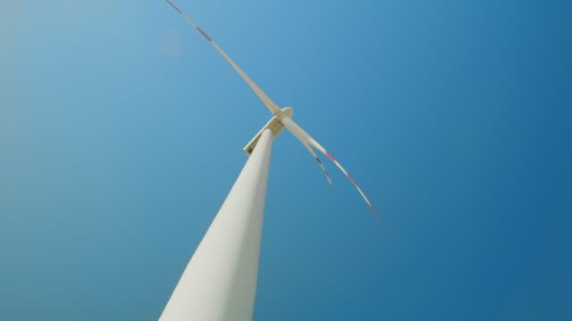 la windkraftanlage gegen blauen klaren himmel - low angle view stock-videos und b-roll-filmmaterial