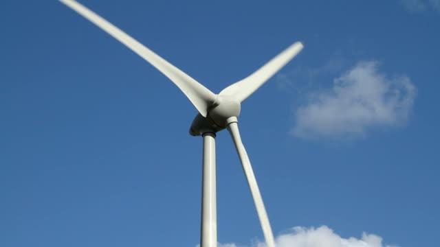 windkraftanlage vor blauem himmel - begriffssymbol stock-videos und b-roll-filmmaterial