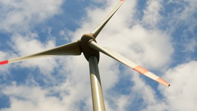 windturbine gegen himmel - windkraftanlage stock-videos und b-roll-filmmaterial