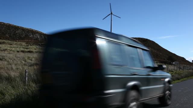 turbina eolica e 4 x 4. - isole ebridi video stock e b–roll