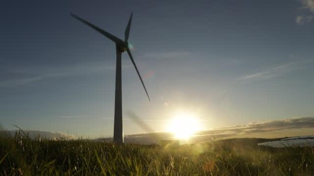 vídeos y material grabado en eventos de stock de wind turbine at sunset - cornwall inglaterra