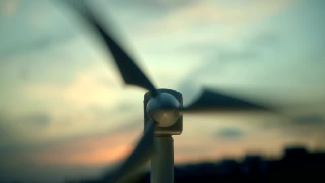 Windkraftanlage bei Sonnenuntergang