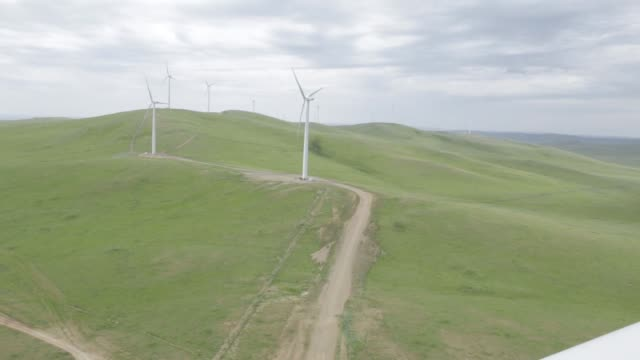 vídeos de stock e filmes b-roll de wind turbine blade can be seen in front of wind turbines of the salkhit wind farm, operated by clean energy llc, a unit of newcom group, stand on the... - general electric